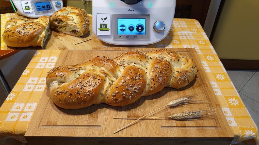 Treccia di pane con fave pecorino e salame