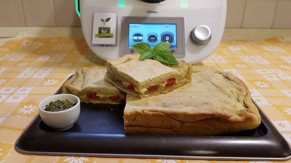 Focaccia al pesto ripiena di pomodorini e mozzarella