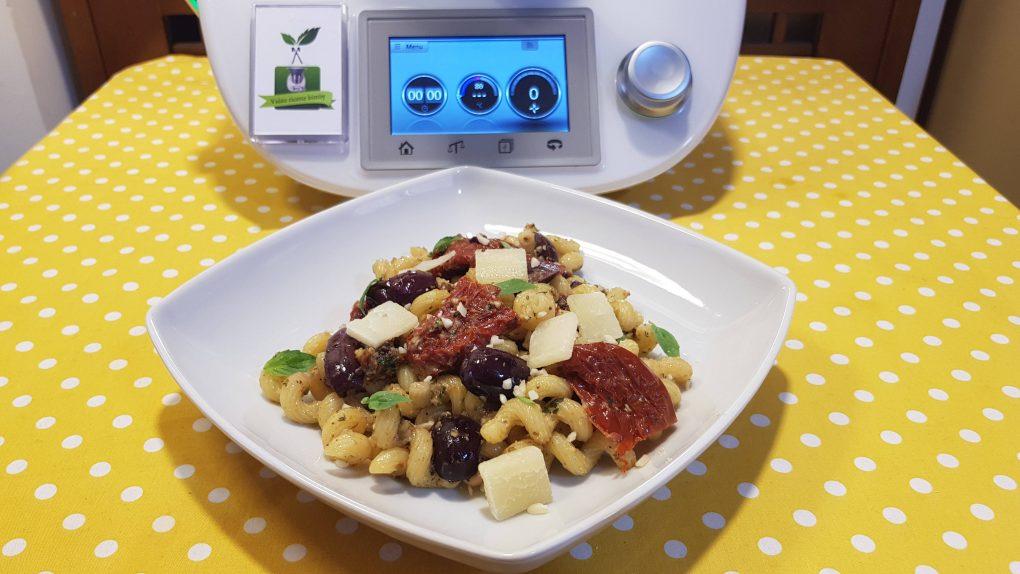 Insalata di pasta con pomodorini secchi mandorle e olive