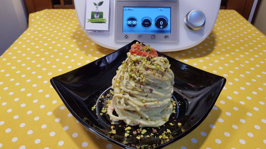 Spaghetti in crema di ricotta, basilico, pistacchi e pomodorini