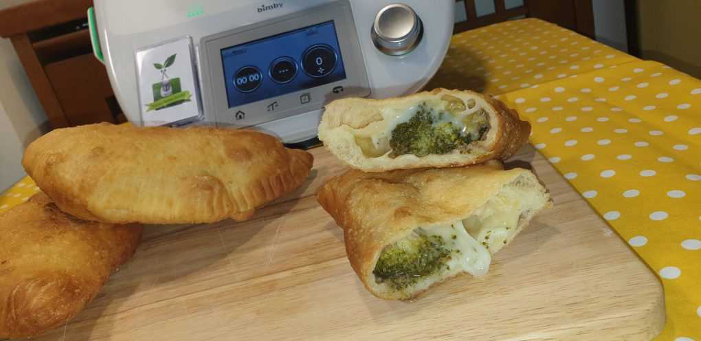 Panzerotti broccoli ed acciughe