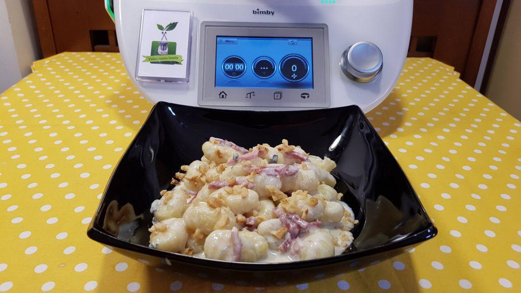 Gnocchi con crema di gorgonzola speck e noci